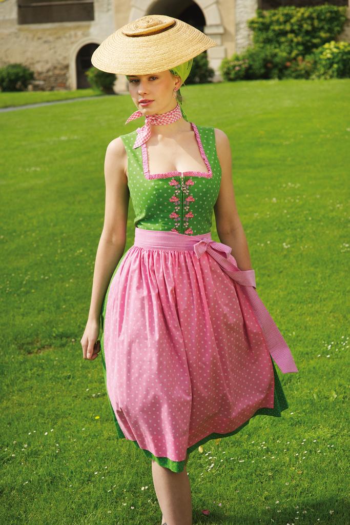 Grünes Dirndl mit rosa Schürze, kann mit und ohne Dirndlbluse getragen werden. Sportalm Kitzbühel 2014