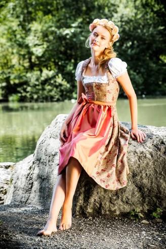 Trentini Dirndl – Dirndl 2015 – Blumendirndl mit rosa Schürze