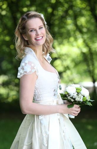 Brautdirndl mit Stehkragen in weiß