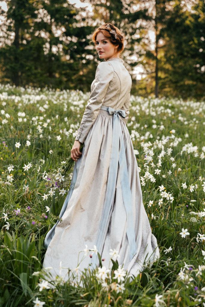 Langes Hochzeitsdirndl pastell mit hellblauer Schürze
