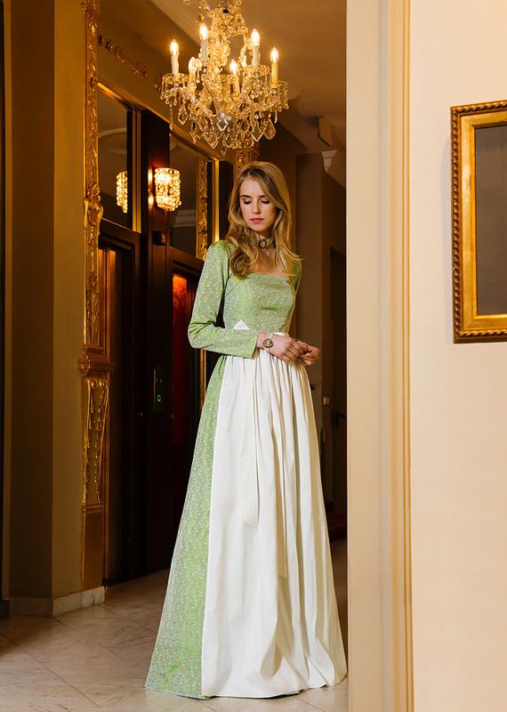 Bodenlanges Hochzeitsdirndl lindgrün mit weißer Schürze