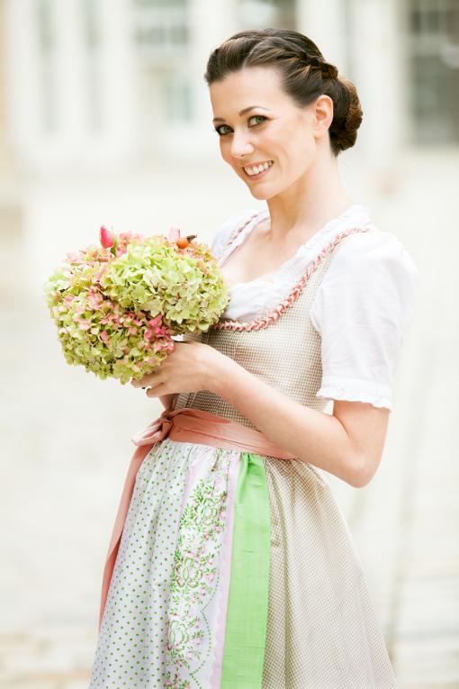 Hochzeitsdirndl lang in Pastellfarben
